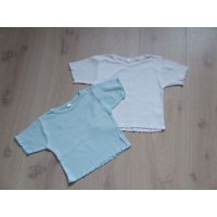 2 T-shirts, ijsblauw en wit mt 92